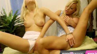 Dvě blondýnky si leští svoje mušličky